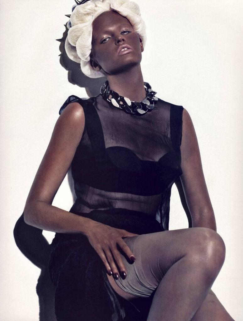 A modelo Lara Stone também ficou negra em 2009, para a edição de outubro da Vogue França