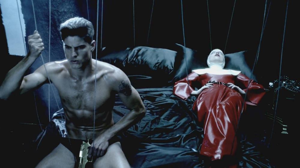 Uma cena do clipe Alejandro com Evandro Soldati e Lady Gaga