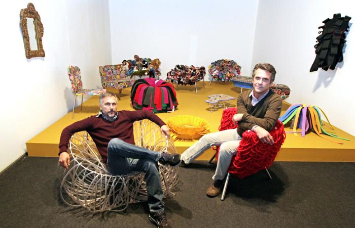 Os irmãos Campana em meio as suas famosas cadeiras...