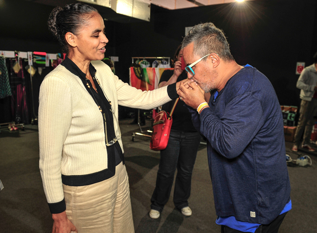 Marina Silva e Ronaldo Fraga no backstage do desfile