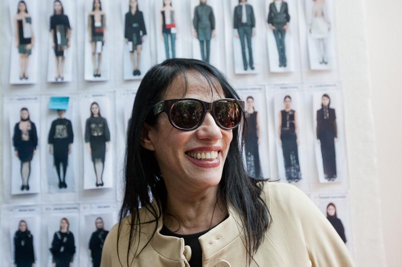 A estilista Gloria Coelho no backstage de seu desfile de Inverno 2013