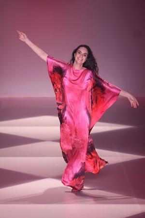 A estilista Alessa com seu agradecimento sempre único (foto: Charles Naseh, site Chic)