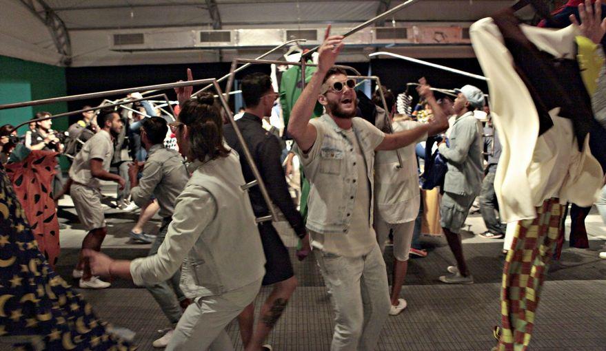 """E a """"festa"""" foi parar nos corredores do Fashion Rio (foto: Vinicius Pereira, JB)"""