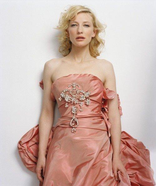 Cate Blanchett no papel da madrasta má Lady Tremaine.