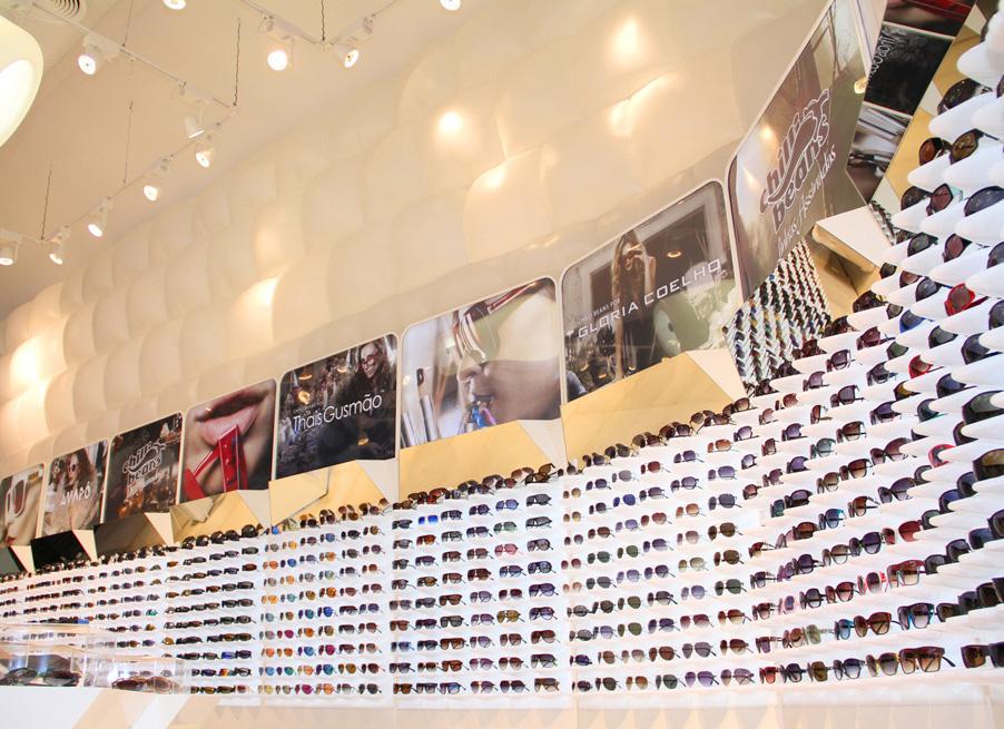 Uma parede inteira com as co-criações da marca