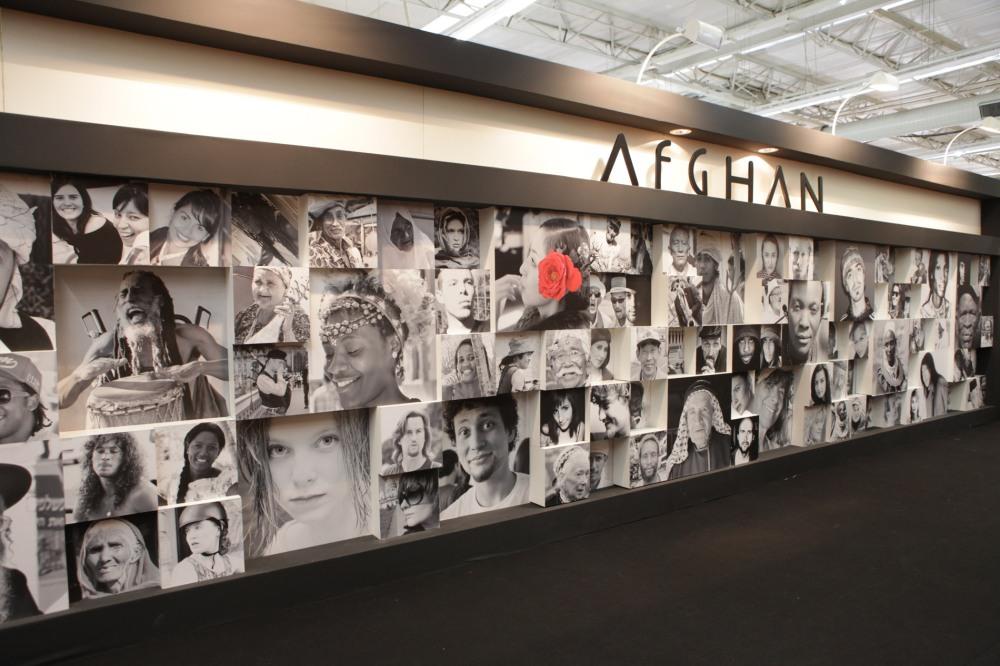 Na lateral do Stand a marca criou um grande mural de referências