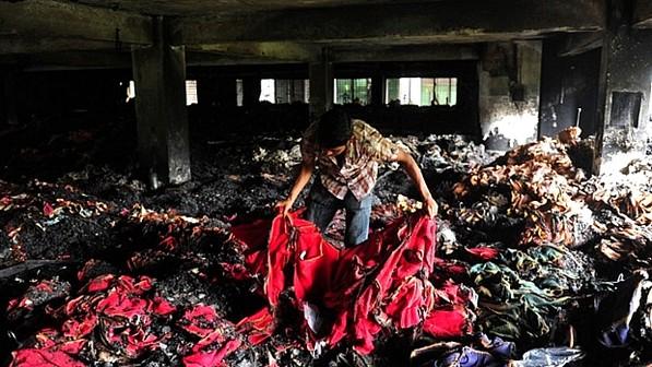 Interior do prédio incendiado em Bangladesh (foto: reprodução)
