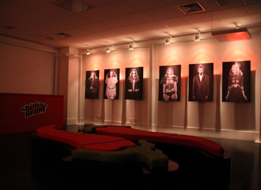 No piso superior uma galeria de arte