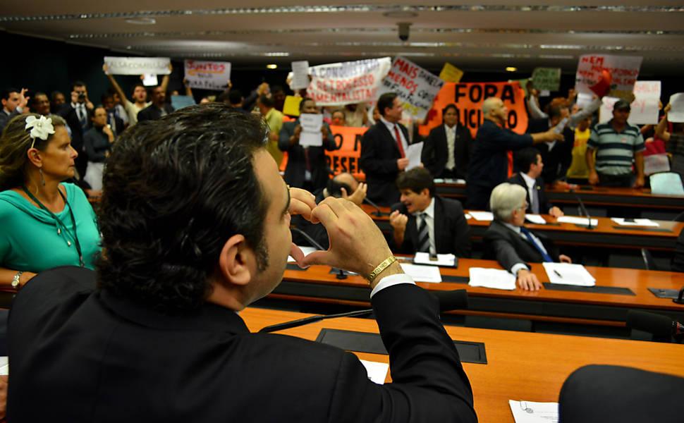 Marco Feliciano fazendo o coraçãozinho para os manifestantes