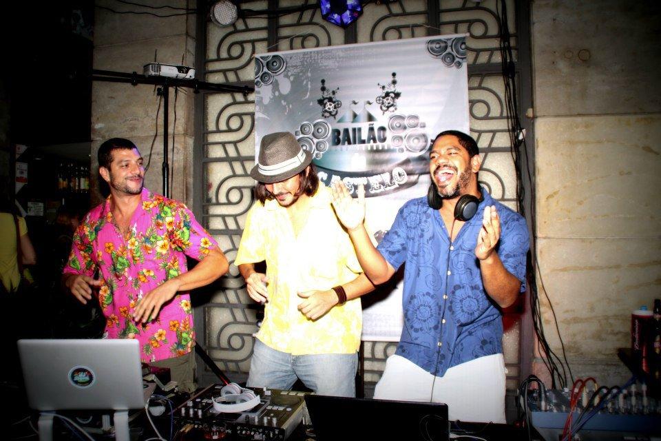 """A Triade, os DJs – Rodrigo Doni, Aurélio Fernandes e Elton Sapucáia… """"Os donos do Bailão"""" (Imagem: Andrea Roquette)"""