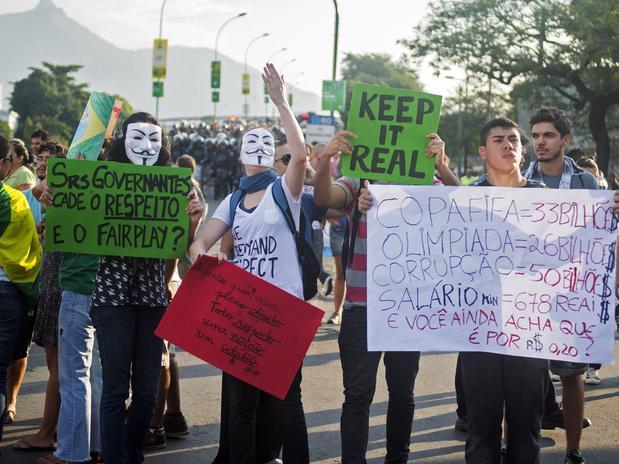 Jovens em protesto no Maracanã (imagem: reprodução)