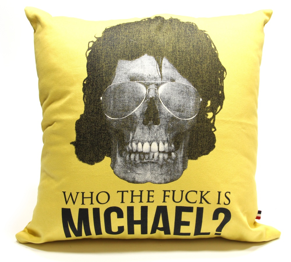 Almofada Michael amarela R$ 129,00, na Sergio K.