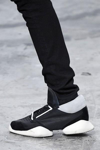 Um dos modelos criados por Rick Owens em parceria com a Adidas