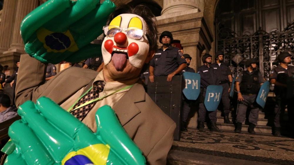 Homem usa máscara de palhaço durante as manifestações (imagem: reprodução)