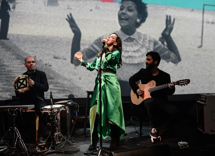 Bebel Gilberto fez um misto de show e trilha da noite