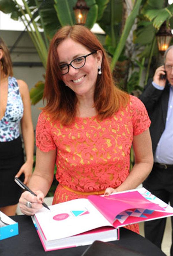 A jornalista Marcia Disitzer autografando o livro