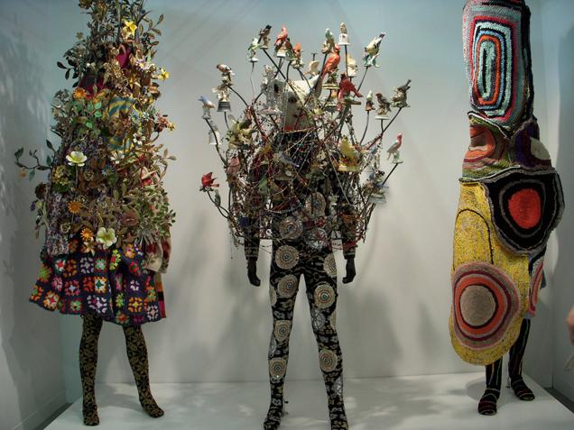"""Algumas peças da instalação """"Soundsuit"""" do americano Nick Cave"""
