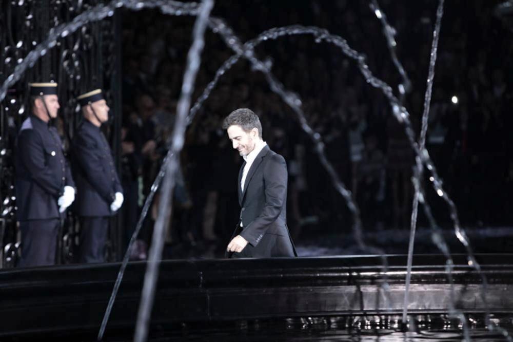 Marc Jacobs no final de seu último desfile para a Vuitton, Primavera/ Verão 2014