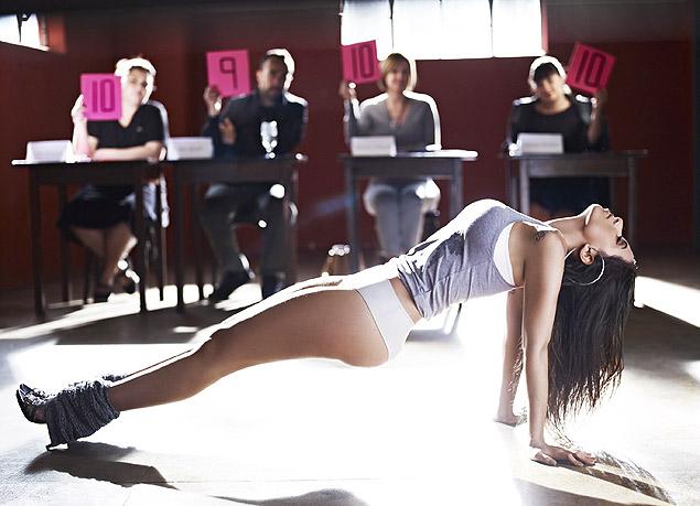 A cantora Anitta numa das fotos para a Glamour Brasil