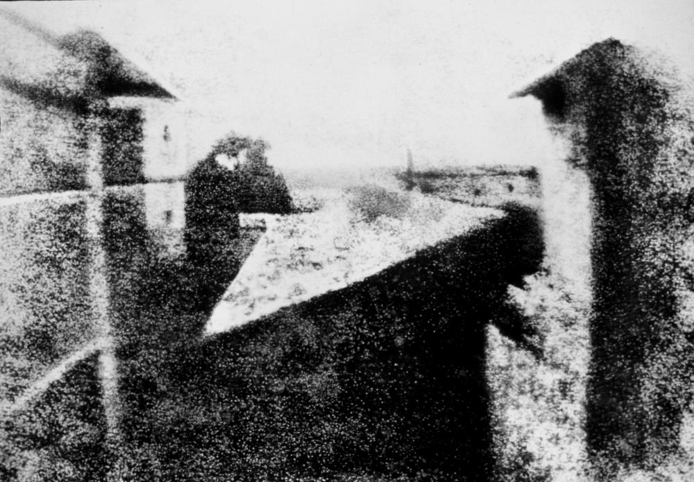 Imagem da primeira fotografia permanente do mundo feita por Nicéphore Niépce, em 1826.