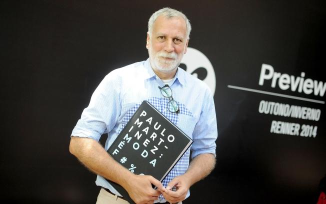 O editor de moda durante o preview da Renner quando o livro foi apresentado a imprensa